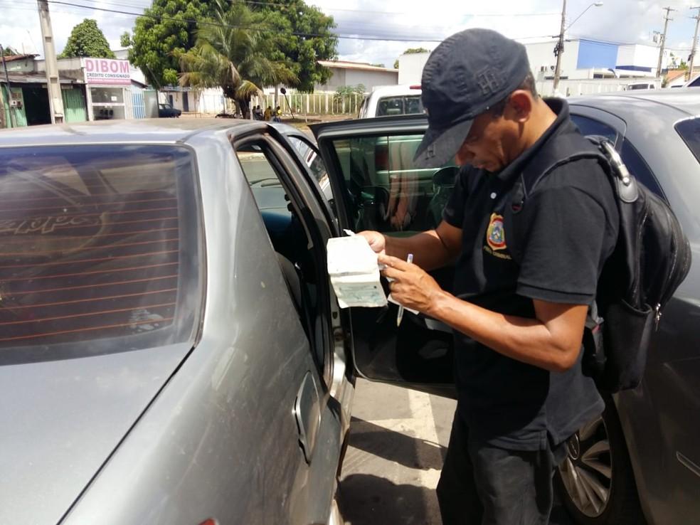 Peritos analisam carro de funcionário público encontrado morto — Foto: Lucas Ferreira/TV Anhanguera