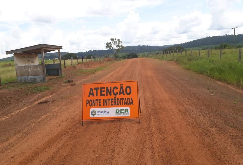 DER informou ter interditado o local e disse que trabalha na recuperação de trecho da estrada rural em Cacaulândia. — Foto: Divulgação/DER-RO