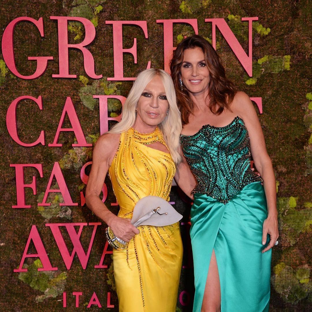 Cindy Crawford entregou o prêmio para Donatella Versace (Foto: Reprodução/Instagram)