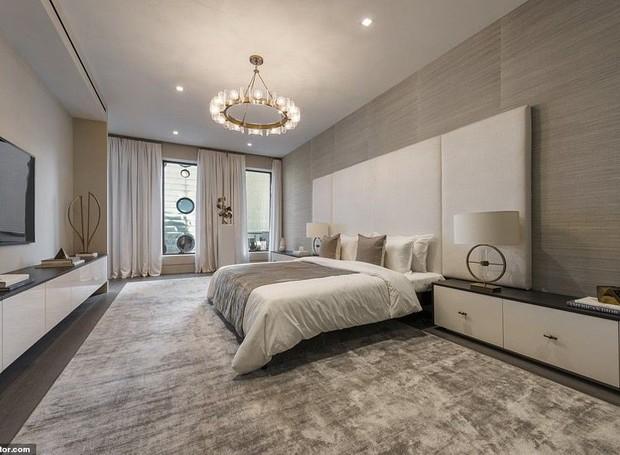 Em muitos dos cômodos da mansão, o lustre moderno traz glamour (Foto: Realtor/ Reprodução)