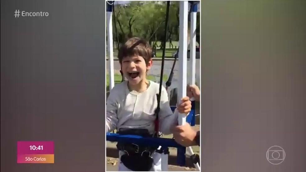 Menino com paralisia cerebral realiza sonho e anda de skate  — Foto: TV Globo