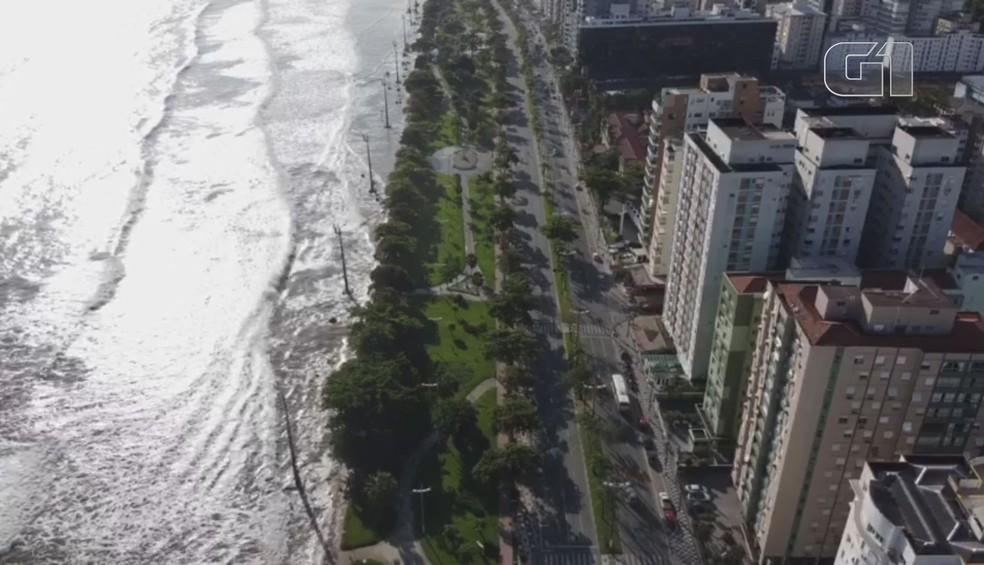 Mar invadiu praias de Santos com forte ressaca que atingiu diversas cidades da Baixada Santista — Foto: Arquivo pessoal/Felipe Pardini