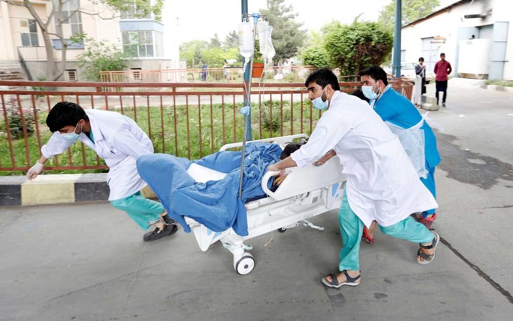 Equipe de socorristas transportam um ferido para um hospital após ataque suicida em Cabul, no Afeganistão. No Oriente Médio, suicídios aumentaram 100% entre 1990 e 2015 (Foto: Mohammad Ismail / Reuters)