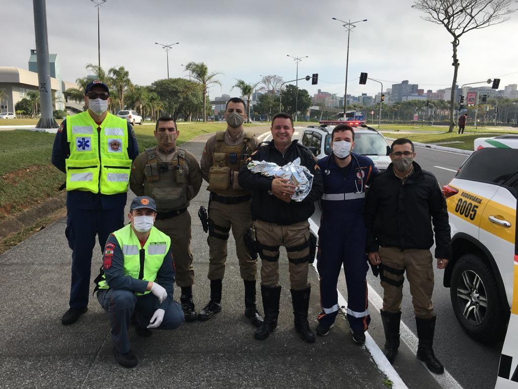 Policiais auxiliam parto de bebê de mulher em situação de rua em canteiro de avenida de Florianópolis