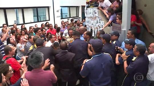 Com protesto de servidores em BH, vereadores aprovam emendas e projeto de reajuste do funcionalismo