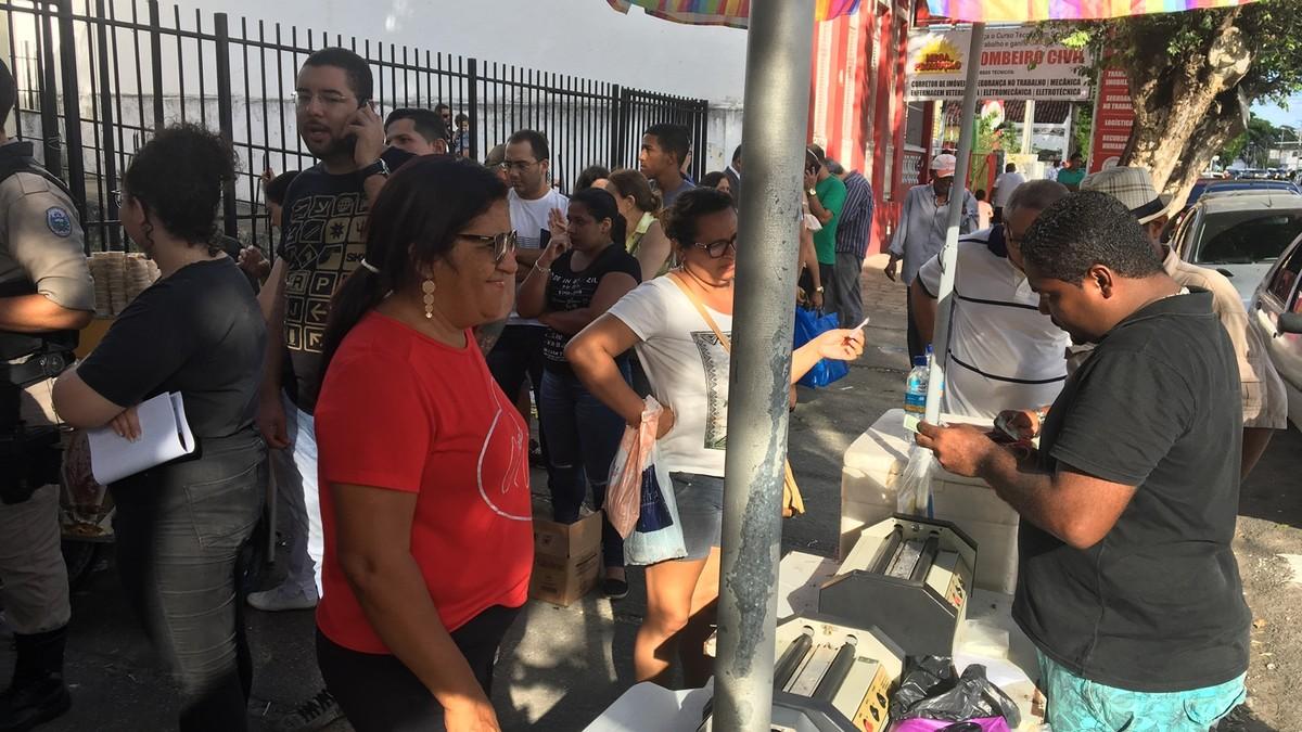 'Estou garantindo meu 13º', diz ambulante sobre fila de eleitores em João Pessoa