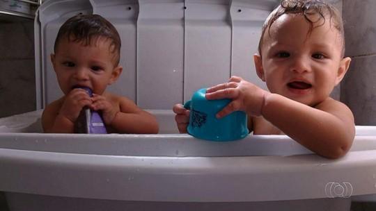 Gêmeos espancados até a morte são enterrados e pai passa mal, em Goiás