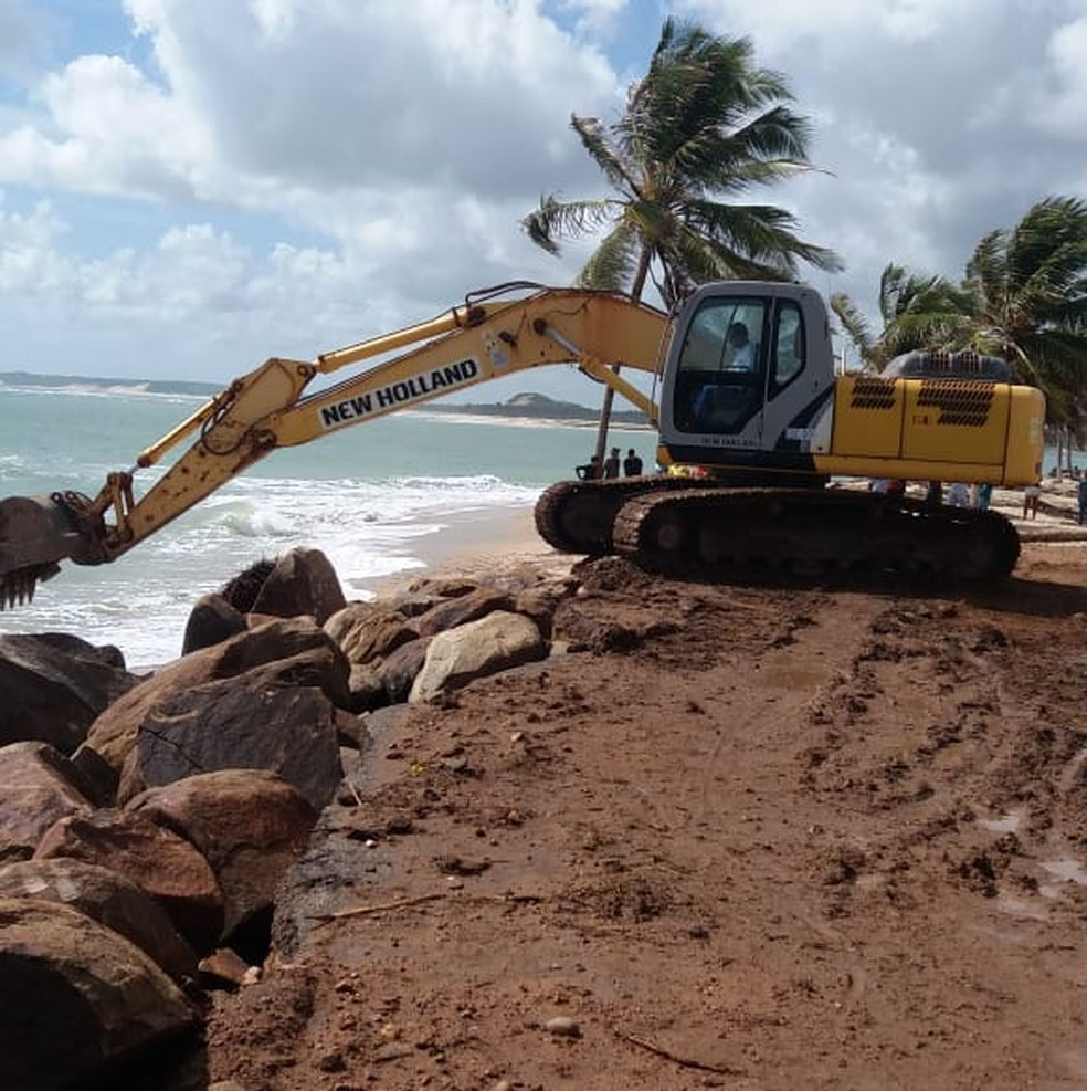Prefeitura realiza obra emergencial de enrocamento na praia de Barra do Cunhaú, no RN — Foto: Prefeitura de Canguaretama/Cedida