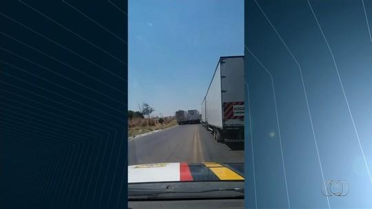 Vídeo mostra caminhoneiros 'brigando' durante ultrapassagem em local proibido, em Uruaçu