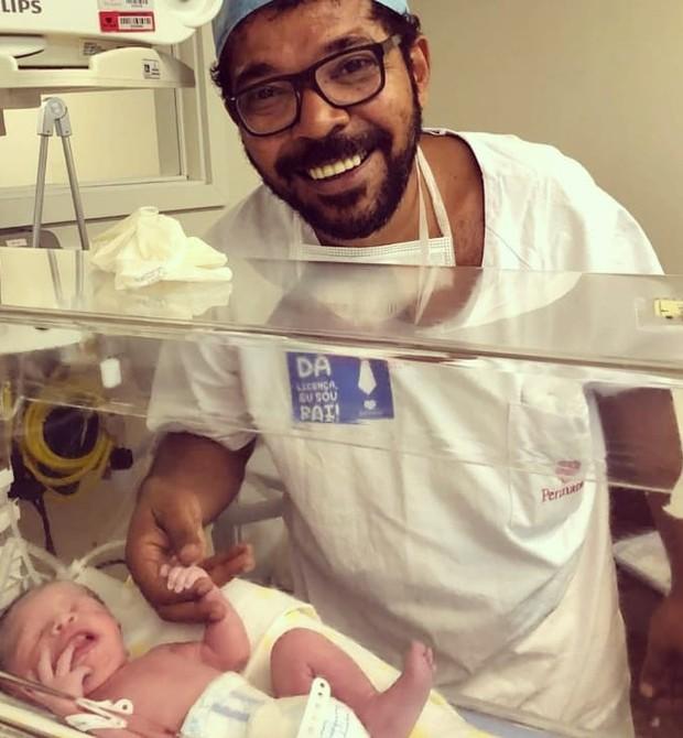 Tunico da Vila segura a mão da filha, Madalena (Foto: Reprodução Instagram)