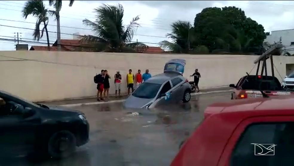 Carro caiu em cratera na Rua das Cegonhas no bairro Olho D'Água, em São Luís — Foto: Reprodução/TV Mirante