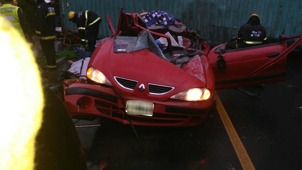 Carro fica destruído após acidente em Pouso Redondo (Foto: PRF/Divulgação)