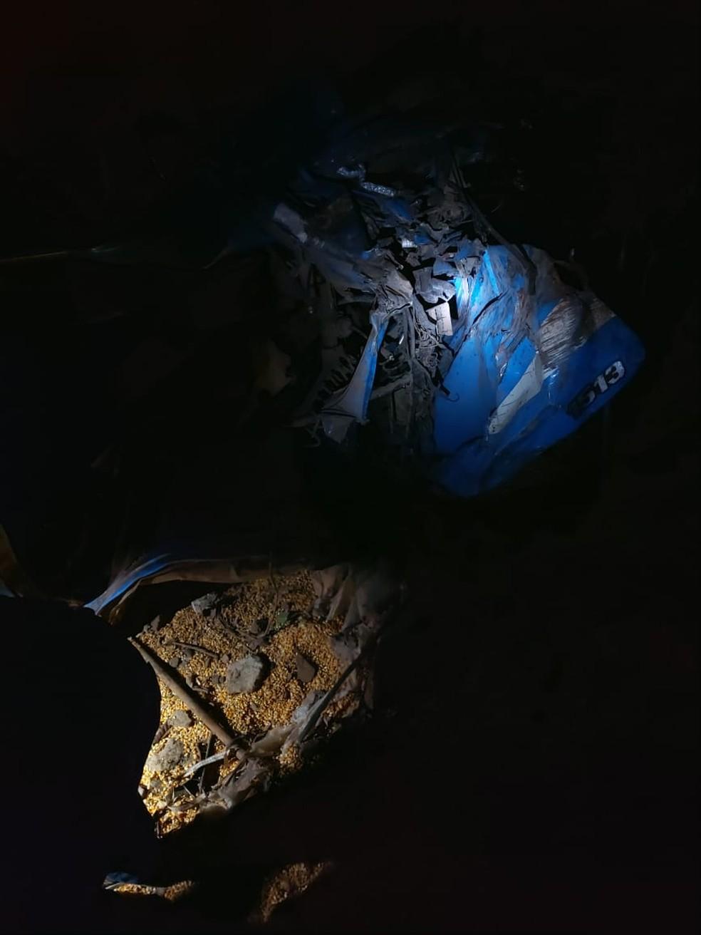 Caminhão estava carregado com milho e tombou na BR-163 — Foto: Corpo de Bombeiros de Guarantã do Norte