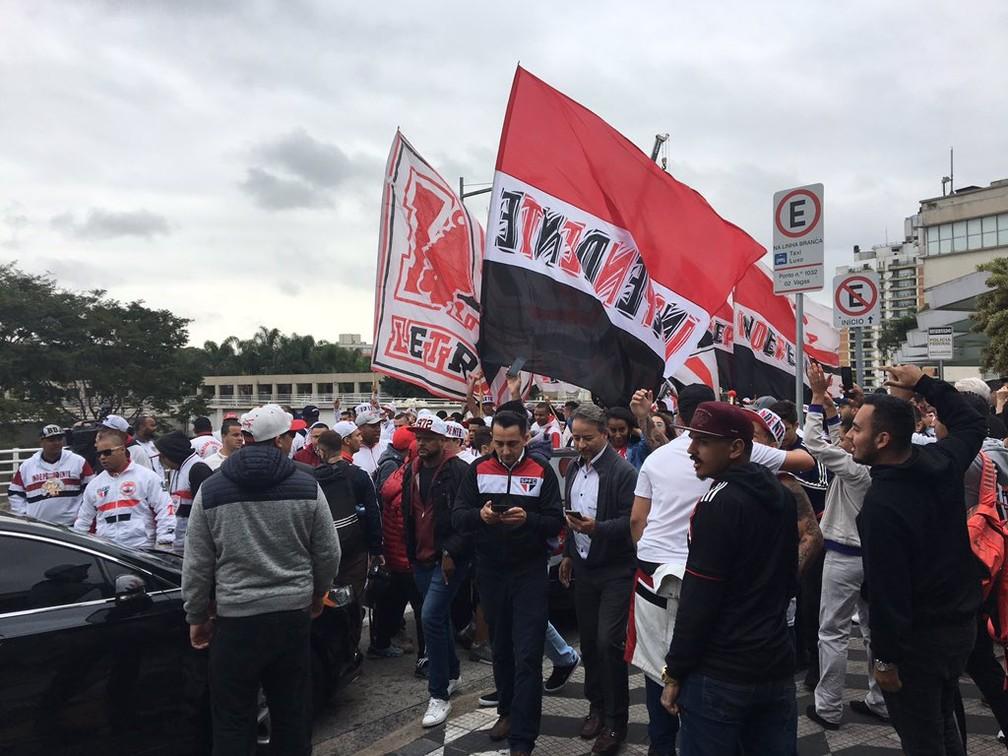 Torcida do São Paulo faz festa para Daniel Alves em Congonhas — Foto: Leandro Canônico