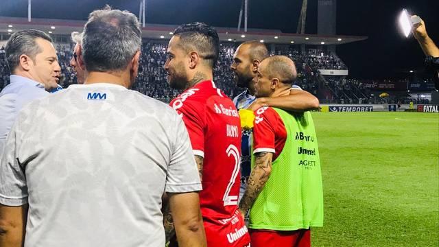 Argel Fucks abraça jogadores do Inter
