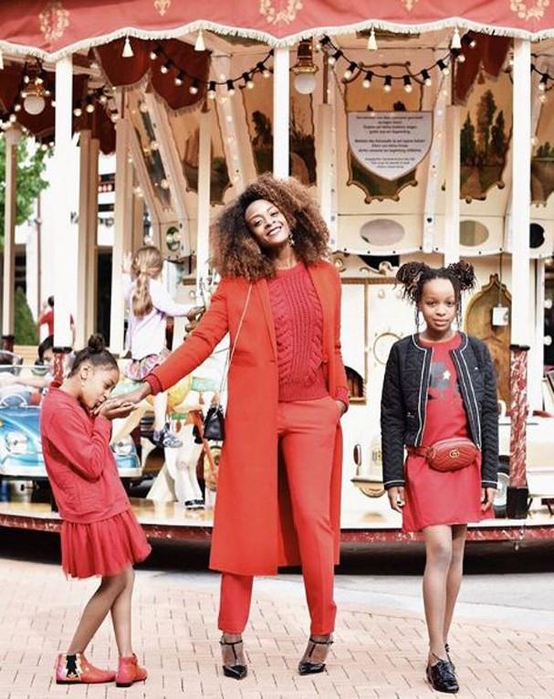 Maureen Powel faz sucesso no Instagram ao posar diariamente com o look ornando com os de suas filhas, India e Sifare (Foto: Reprodução Instagram @maureepowel)