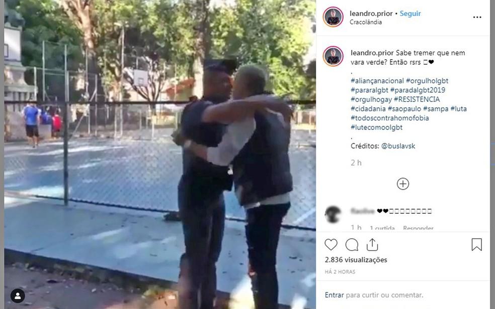 Soldado Leandro Prior usa farda para pedir namorado em casamento em São Paulo — Foto: Reprodução/Redes sociais/Bruna Massarelli