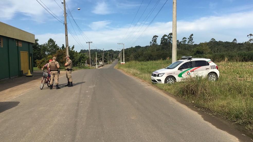 Barreira policial foi montada a 2 quilômetros da Penitenciária Sul — Foto: Pedro Garcia/NSC TV