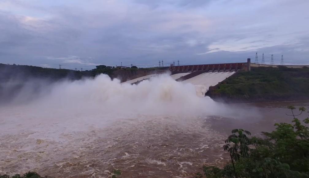 O vertedouro é uma estrutura utilizada para escoar o excedente de água do reservatório da usina – não utilizada para a produção de energia.  (Foto: Usina de Itaipu/Divulgação)