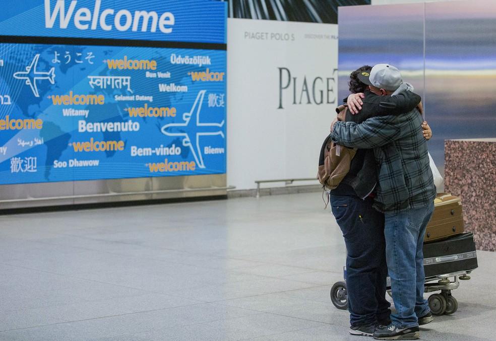 -  Foto de fevereiro de 2017 mostra encontro entre pai e filho no aeroporto de NY. O jovem iemenita quase foi impedido de entrar nos EUA  Foto: AP Photo