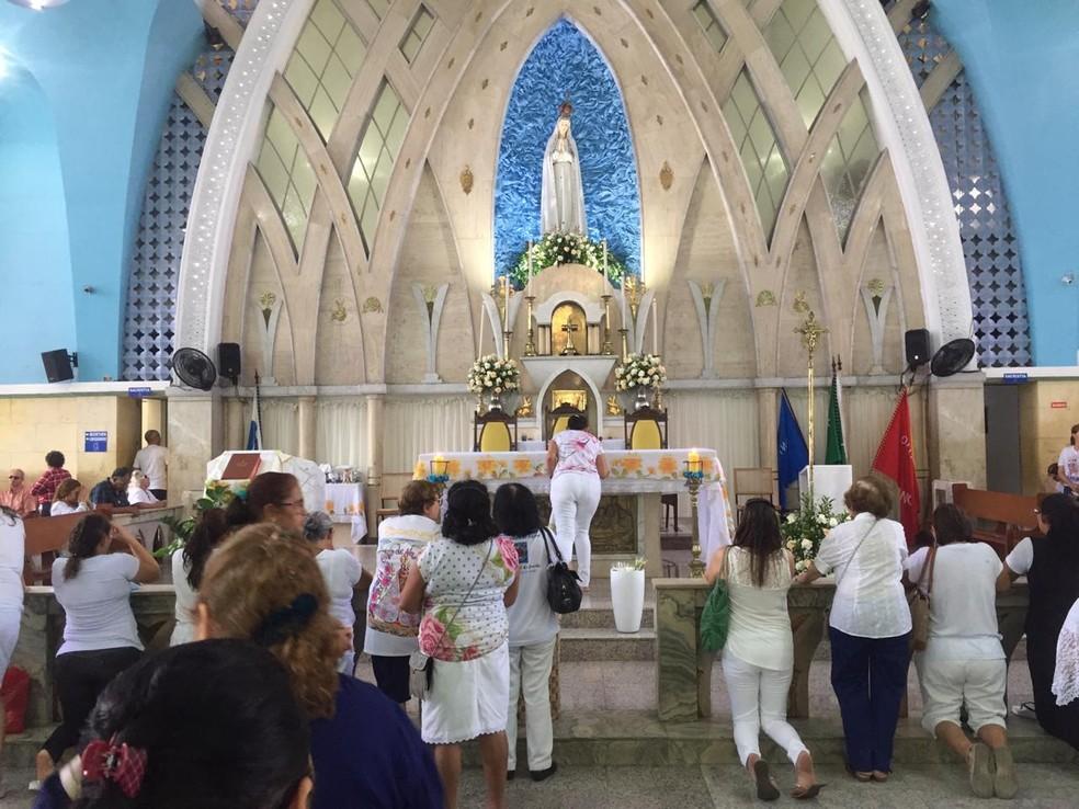 Fiéis vão a Santuário de Fátima, em Fortaleza, homenagear a Virgem Maria — Foto: Messias Borges