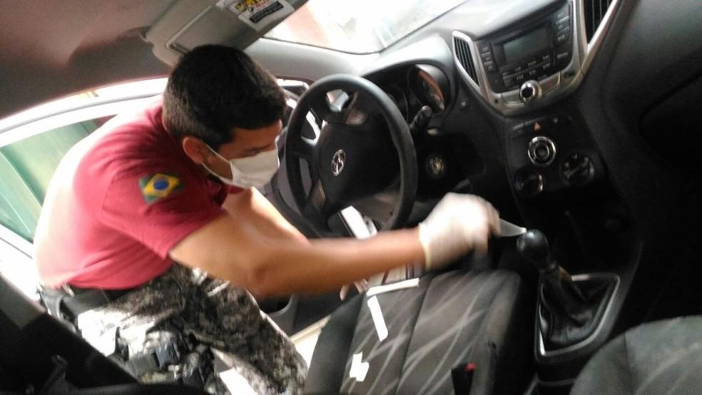Vestígios de DNA foram encontrados dentro de um par de luvas e no carro usado no crime  (Foto: Divulgação/ Itep)