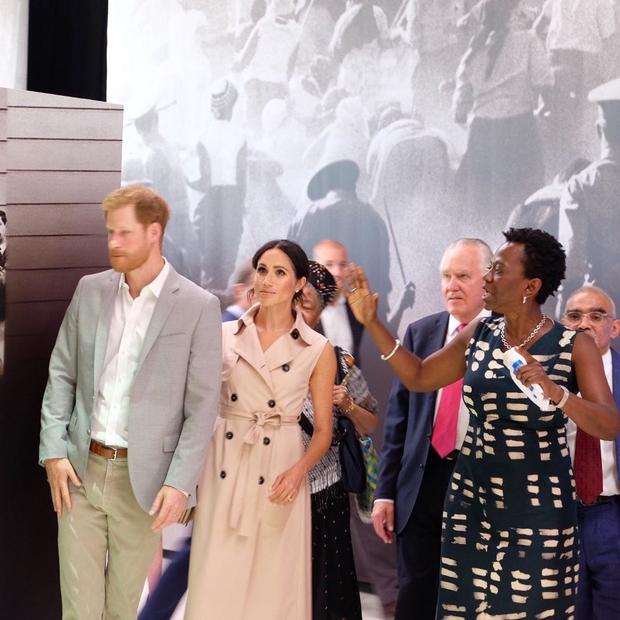 Meghan Markle e Príncipe Harry visitam expo de Mandela, em Londres (Foto: Reprodução/Instagram)