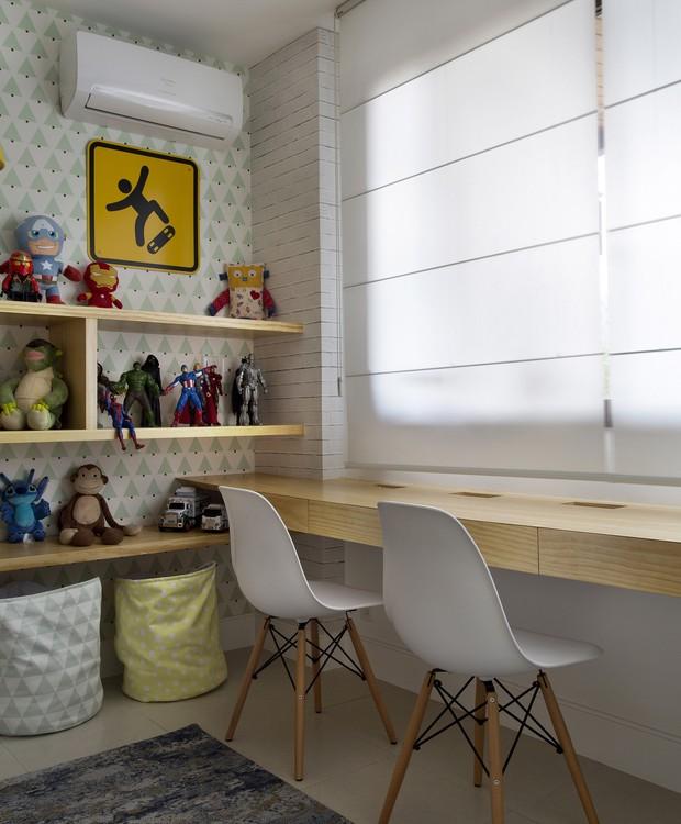 Embaixo da janela, a bancada de estudos tem gavetas embutidas, que abrigam material de papelaria. A proteção contra o sol vem do modelo romano da Hunter Douglas, executado pela Guilha Decorações (Foto: Denilson Machado/MCA Estúdio)
