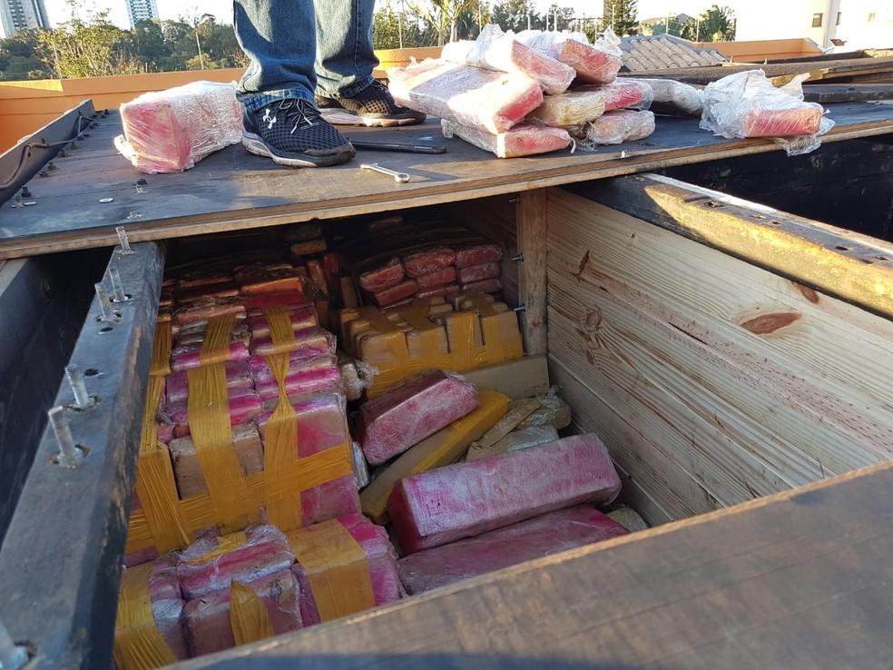 Segundo a Polícia Civil, maconha estava escondida em parede falsa na carroceria do caminhão; veículo foi apreendido nesta quinta-feira (9) em Bandeirantes (Foto: Polícia Civil do Paraná/Divulgação)