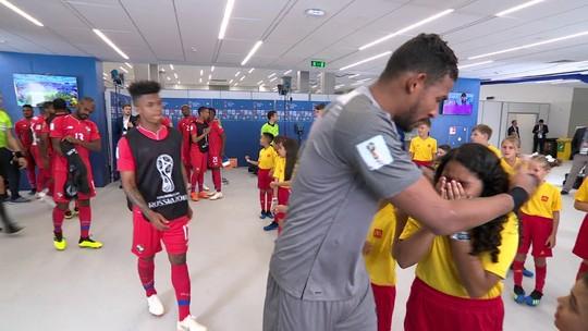 Menina chora ao receber os jogadores do Panamá