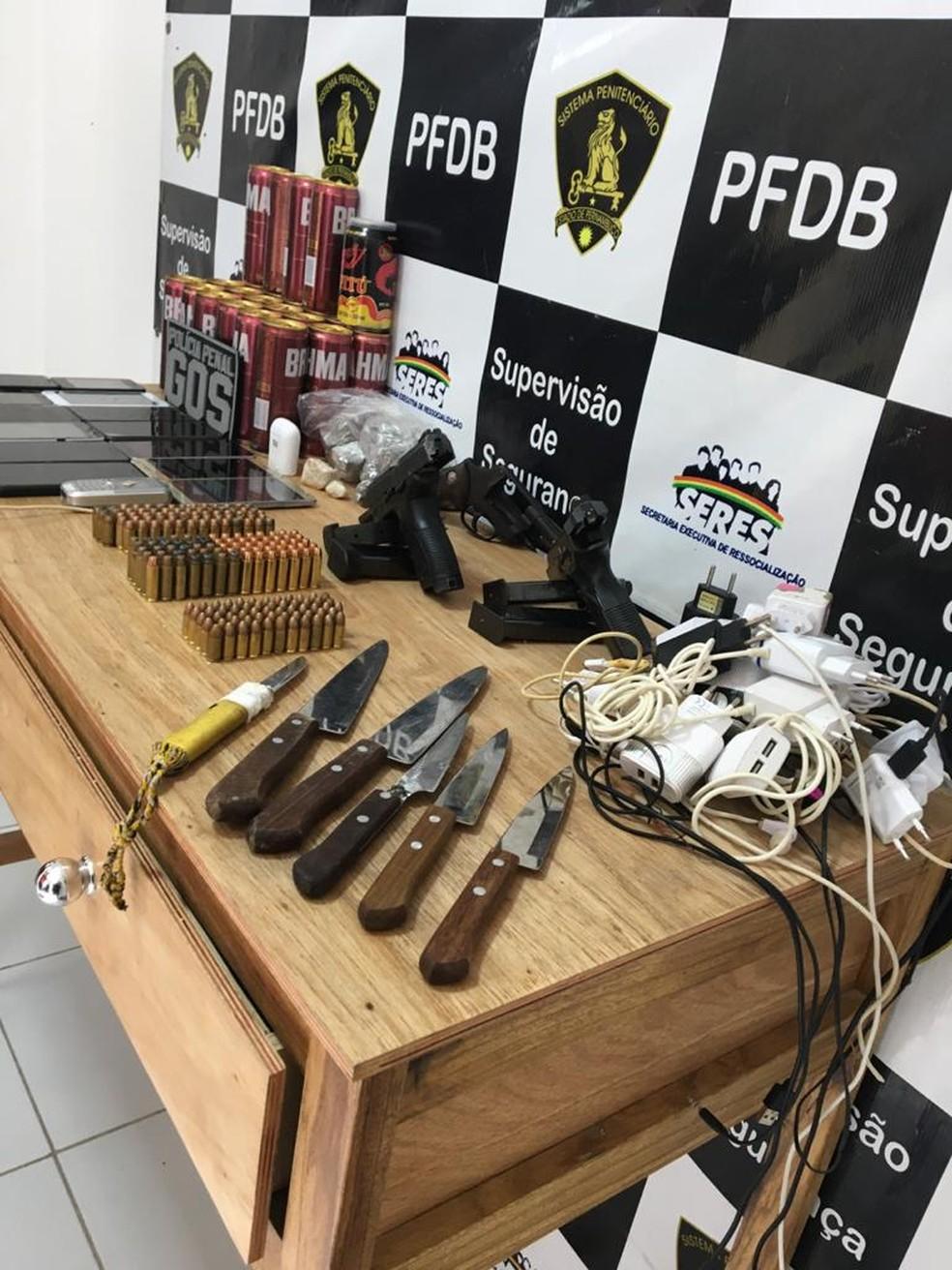 Armas foram aprendidas, nesta segunda, antes de confronto que deixou três presos mortos em presídio no Recife  — Foto: Reprodução/ Redes Sociais