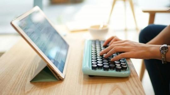 Foto: (Teclado moderno imita antigas máquinas de escrever (Reprodução/Luana Marfim))