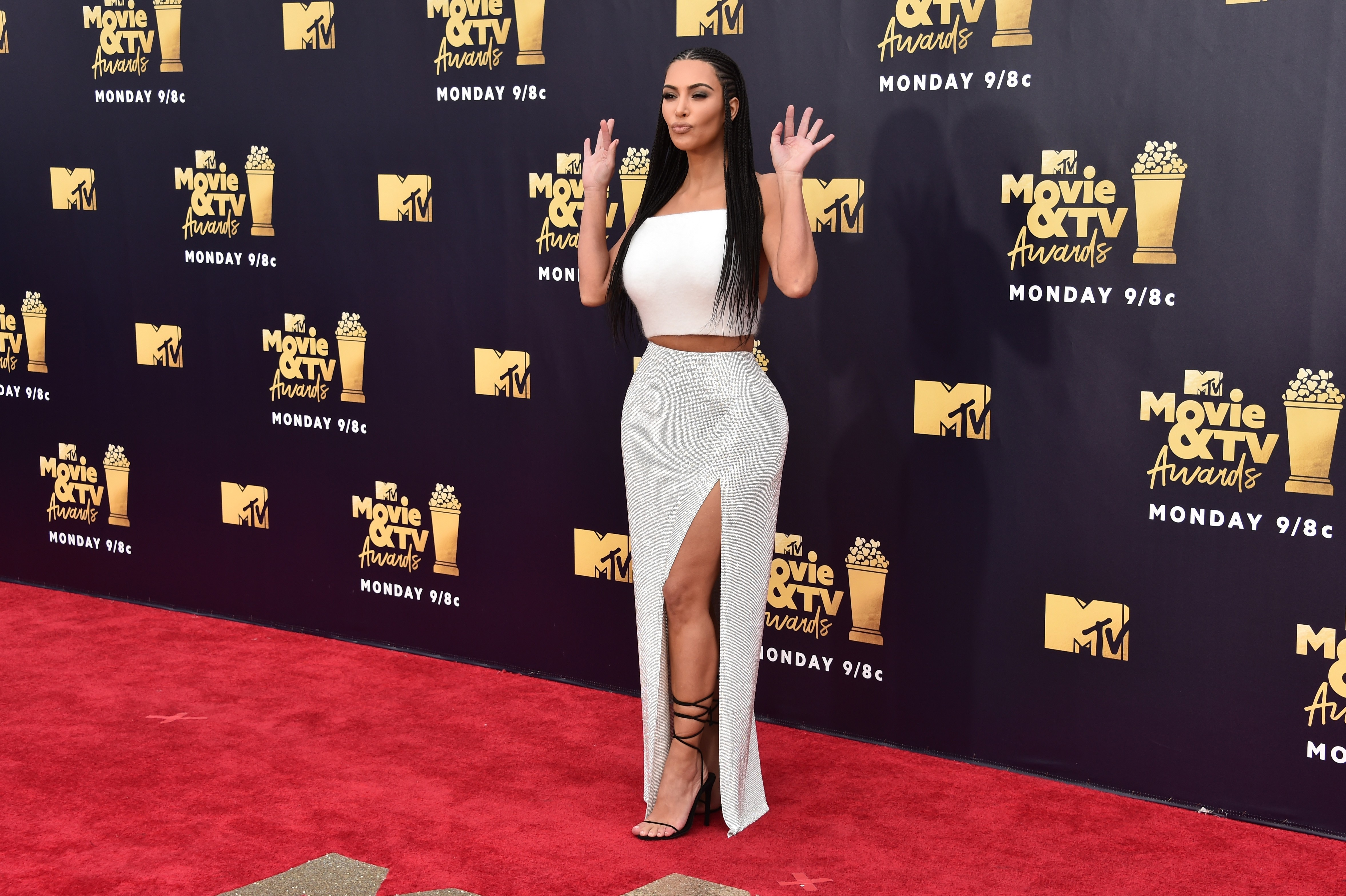 Kim Kardashian causa polêmica ao adotar look com tranças em tapete vermelho (Foto: Getty Images)