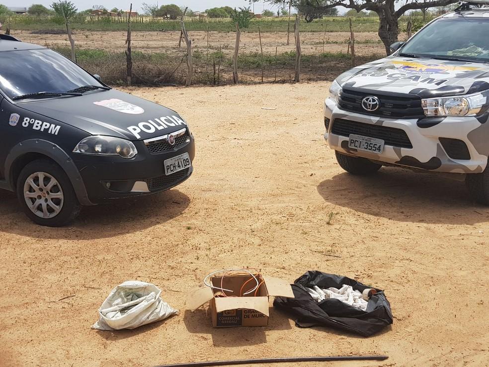 Artefatos explosivos estavam em sacos e em uma caixa, no distrito de Murici, em Salgueiro, no Sertão  de Pernambuco (Foto: PM/Divulgação)