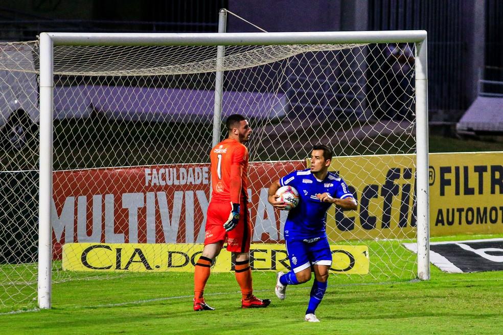 Rafinha empata o jogo com o Brasil de Pelotas e vai buscar a bola — Foto: Ailton Cruz/Gazeta de Alagoas