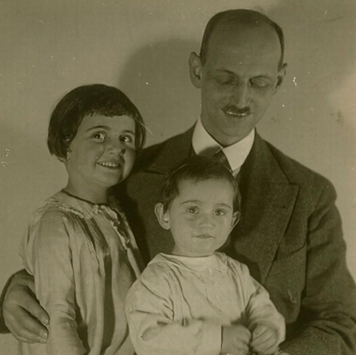 Otto Frank e suas duas filhas, Margot (direita) e Anne (centro) (Foto: Anne Frank Stichting/ Reprodução)