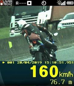 Motociclista é flagrado a 160 km/h e tenta esconder placa com a mão na BR-101 em Araquari