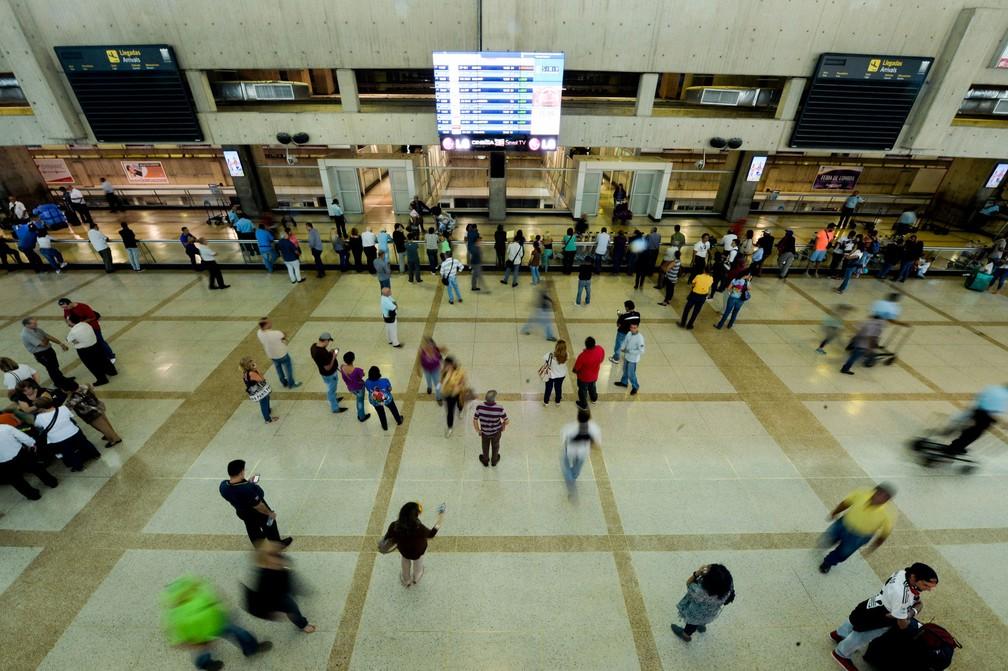 Passageiros aguardam no Aeroporto Internacional Simón Bolívar, em Caracas, na Venezuela, em 17 de junho (Foto: Federico Parra/ AFP)