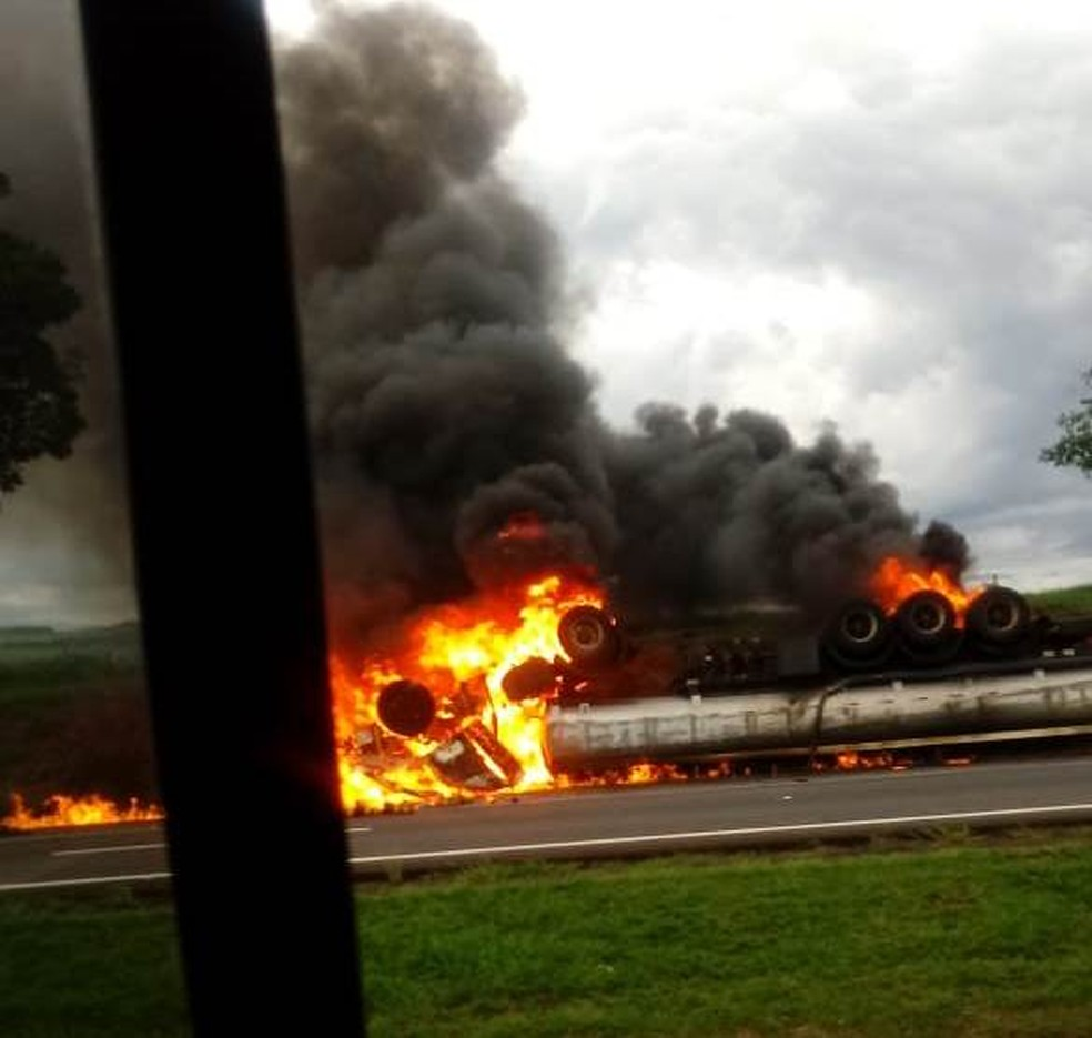 Caminhão explodiu após capotar na Rodovia Anhanguera em Porto Ferreira — Foto: Arquivo Pessoal