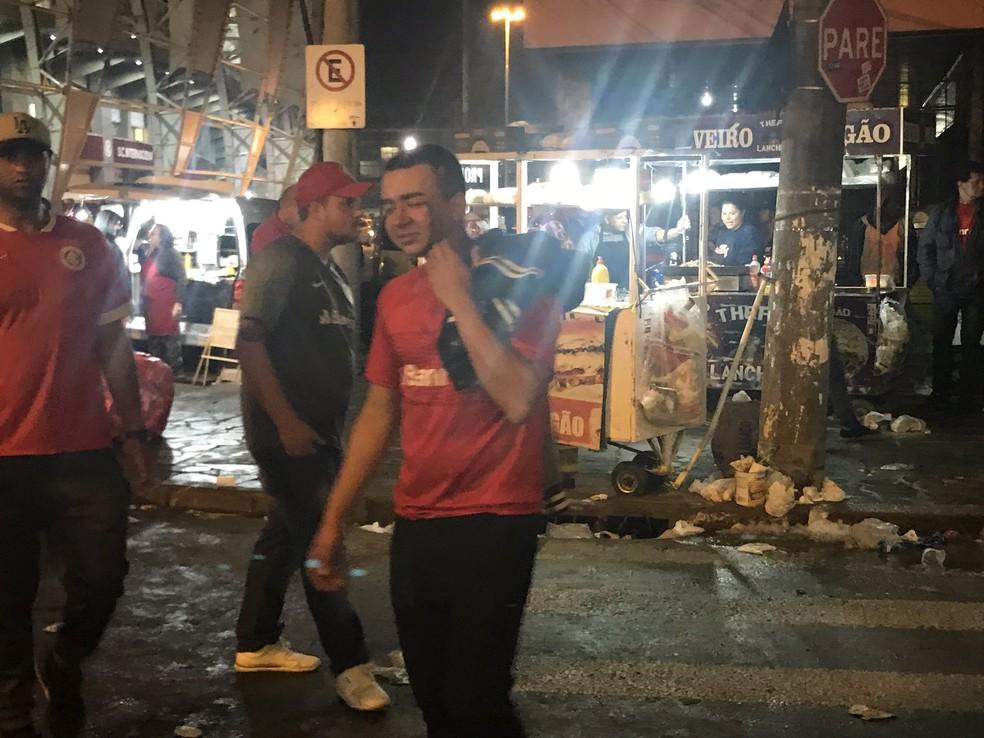Torcedor ferido do lado de fora do Beira-Rio após derrota do Inter — Foto: Tomás Hammes
