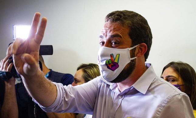 Guilherme Boulos (Psol) votou com máscara com o símbolo de V, em São Paulo, no domingo, 15 de novembro