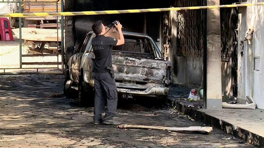 Causa do incêndio que queimou casa e veículos em Colatina, ES, ainda é desconhecida
