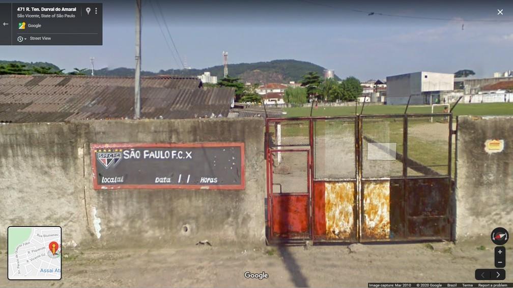 Imagem do terreno de São Vicente em 2010, com símbolo e cores do São Paulo — Foto: Reprodução/Google Maps