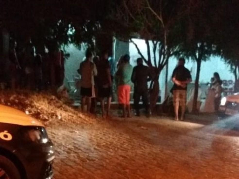 Crime aconteceu na frente de uma casa no bairro Nova Descoberta, em Caicó  (Foto: Jair Sampaio )