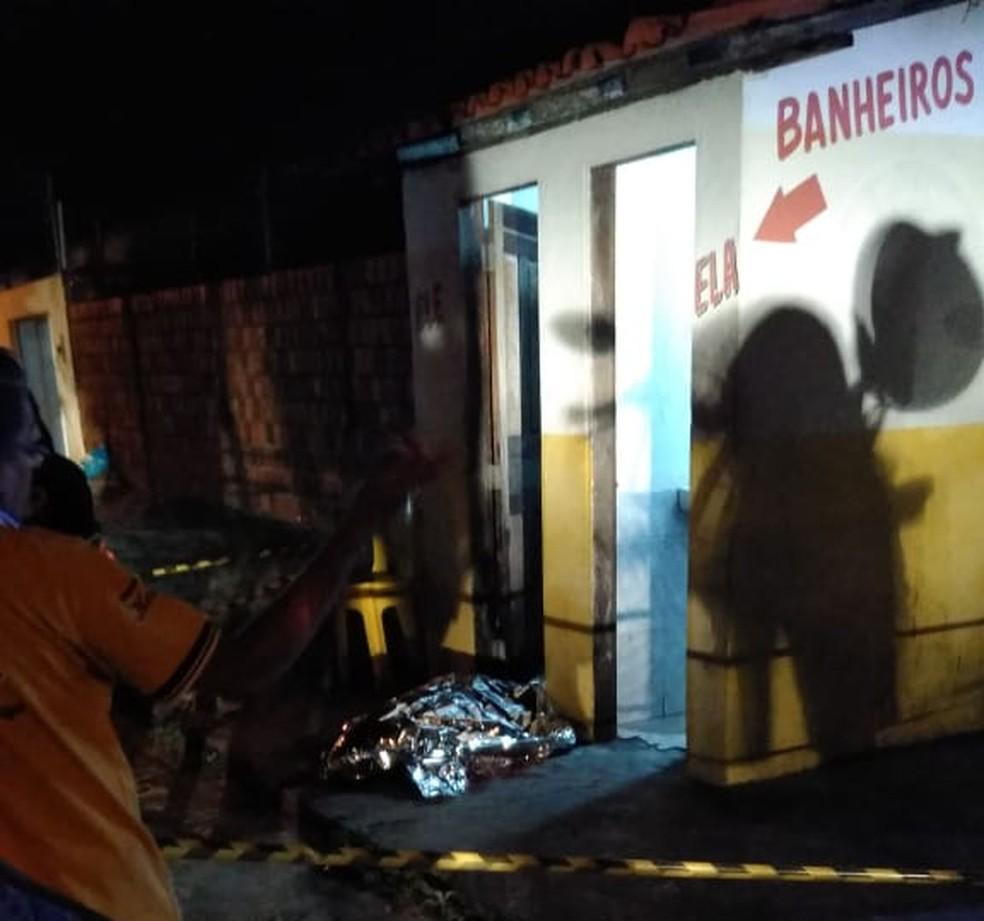 Crime aconteceu dentro de banheiro de bar em Parnaíba, no litoral do Piauí — Foto: Reprodução