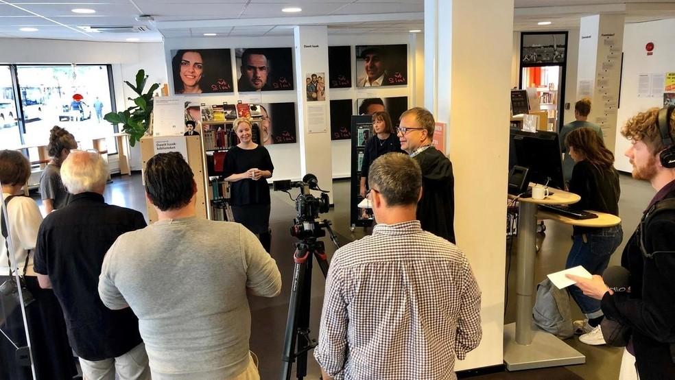 Nas prateleiras da biblioteca Dawit.Isaak, estão exemplares de obras que são ou já foram censuradas ou queimadas em diferentes países, escritas por autores que enfrentaram a prisão, a censura ou o exílio — Foto: Divulgação