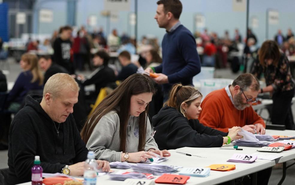 Mesários contam votos em centro eleitoral em Bath, na Inglaterra, na madrugada de sexta-feira (13) — Foto: Reuters/Ian Walton