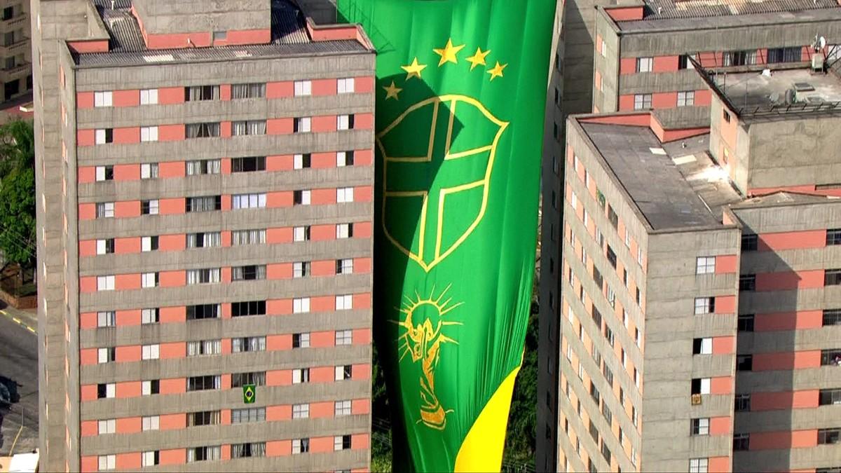 Bandeirão de 63 metros é hasteado em condomínio de SP para a Copa do Mundo   e79c3604b4e6e