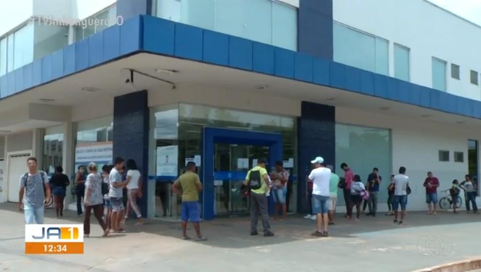 Fila em agência da Caixa em Palmas — Foto: Reprodução/TV Anhanguera