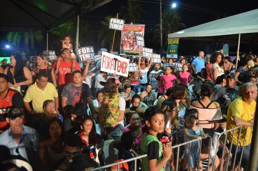 Público manteve-se apostos na avenida mesmo após a chuva que desaguou sobre a avenida por mais de 30 minutos (Foto: Toni Francis/G1)